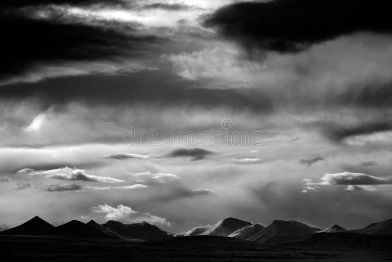 Céu escuro com nuvens Rebecca 36 Terra do gelo Ártico do inverno Montanha nevado branca, geleira azul Svalbard, Noruega Gelo no o imagem de stock
