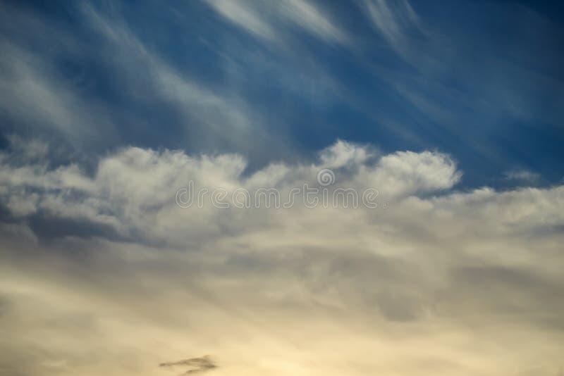 Céu escuro do por do sol foto de stock