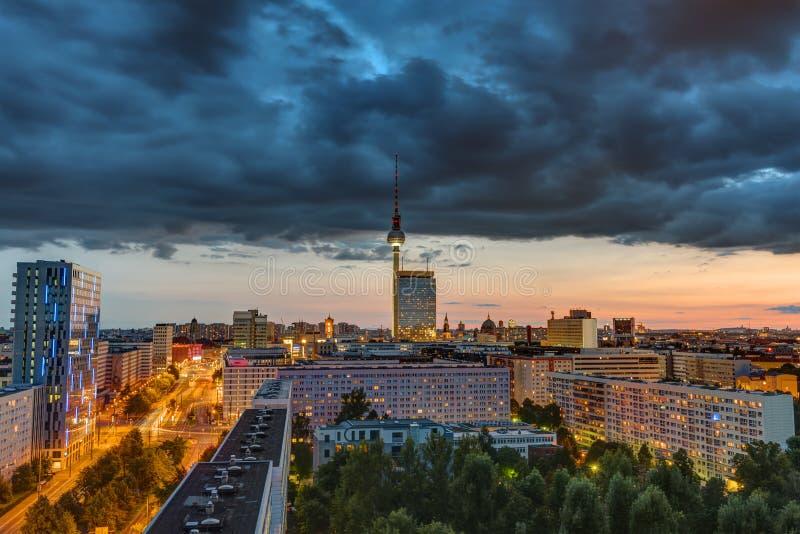 Céu escuro no por do sol sobre Berlim do centro fotos de stock royalty free