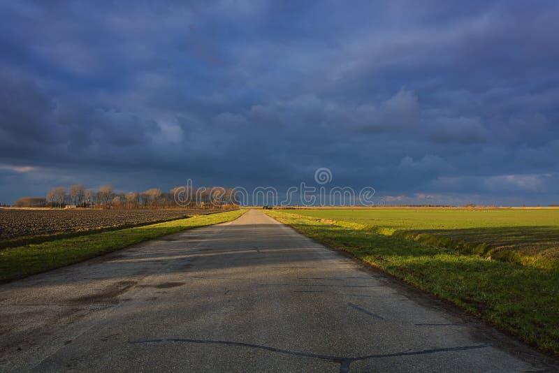 Céu espetacular sobre o campo foto de stock