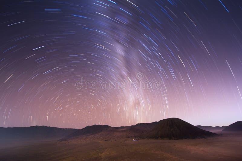 Céu estelar sobre o vulcão de Bromo, Indonésia imagens de stock