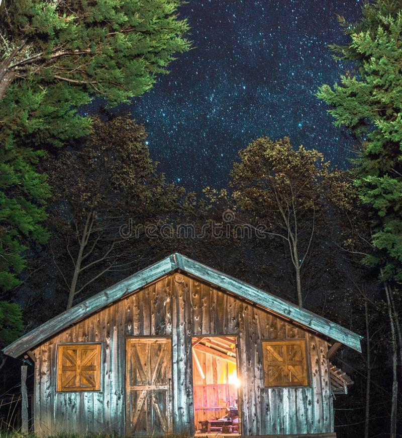 Céu estrelado bonito atrás de uma cabine bonita em uma das montanhas da América Latina foto de stock royalty free