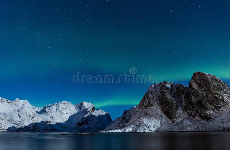 Céu estrelado com as montanhas rochosas íngremes do ofer da aurora boreal no nenhum foto de stock