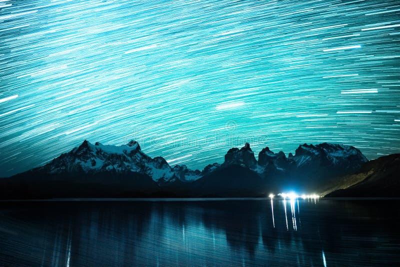 Céu estrelado com fugas da estrela imagem de stock royalty free