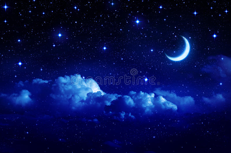 Céu estrelado com a meia lua no cloudscape cênico