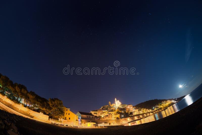 Céu estrelado e luar, Cervo, Riviera Ligurian, Itália, opinião do fisheye imagens de stock