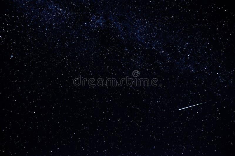 Céu estrelado escuro com estrela de queda e a Via Látea fotografia de stock royalty free
