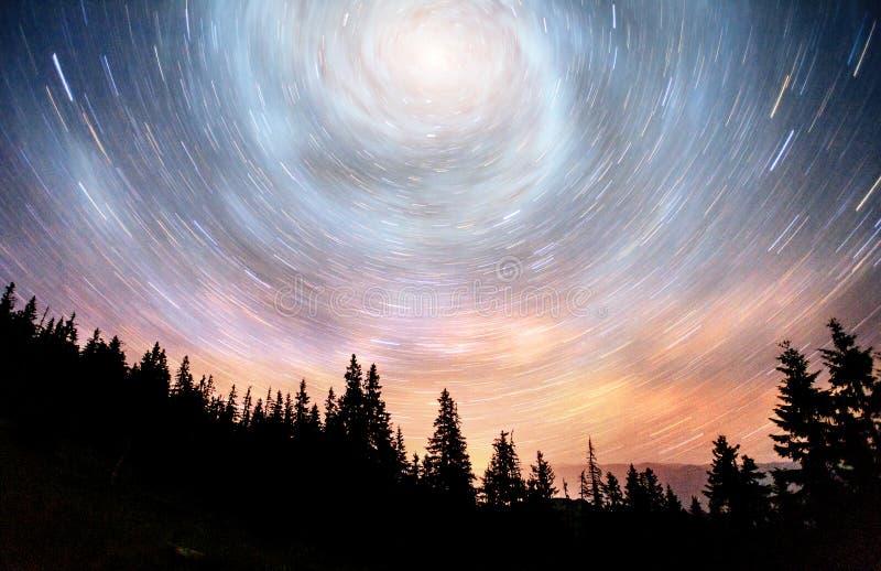 Céu estrelado fantástico e a Via Látea acima dos pináculos dos pinhos Cortesia da NASA fotografia de stock