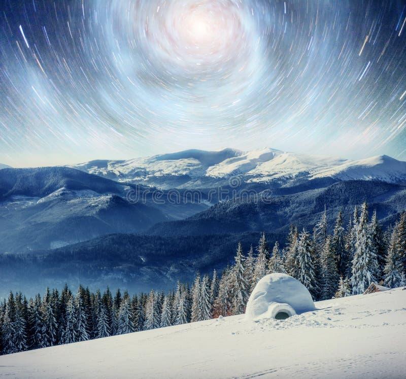 Céu estrelado na noite nevado do inverno Via Látea fantástica na véspera do ` s do ano novo Cortesia da NASA Em antecipação ao foto de stock royalty free