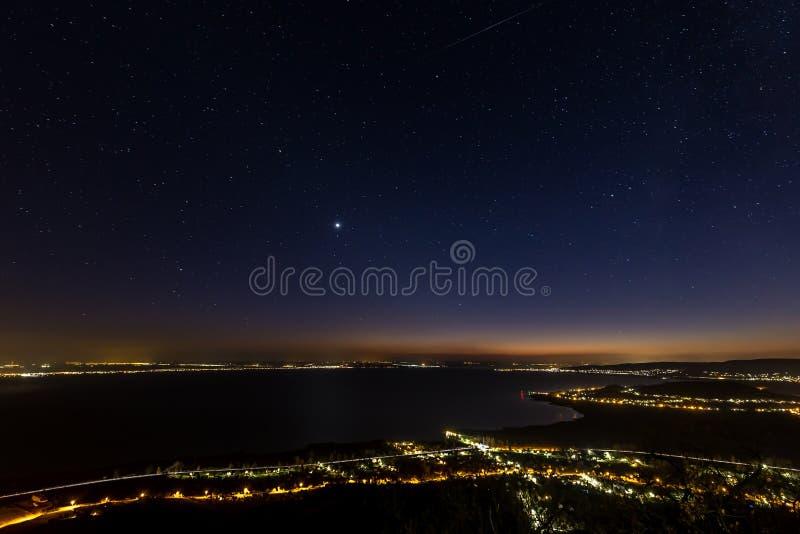 Céu estrelado na noite sobre o lago Balaton em Hungria fotografia de stock