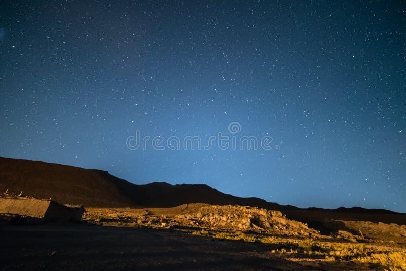 Céu estrelado proeminente na alta altitude nas montanhas estéreis dos Andes em Bolívia Campo de futebol da terra de futebol no me fotografia de stock royalty free