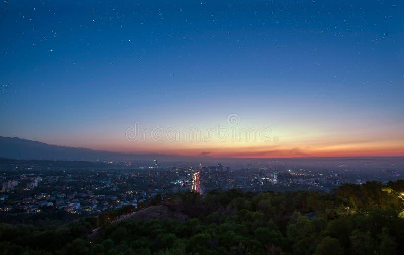 Céu estrelado sobre a cidade de Almaty fotografia de stock