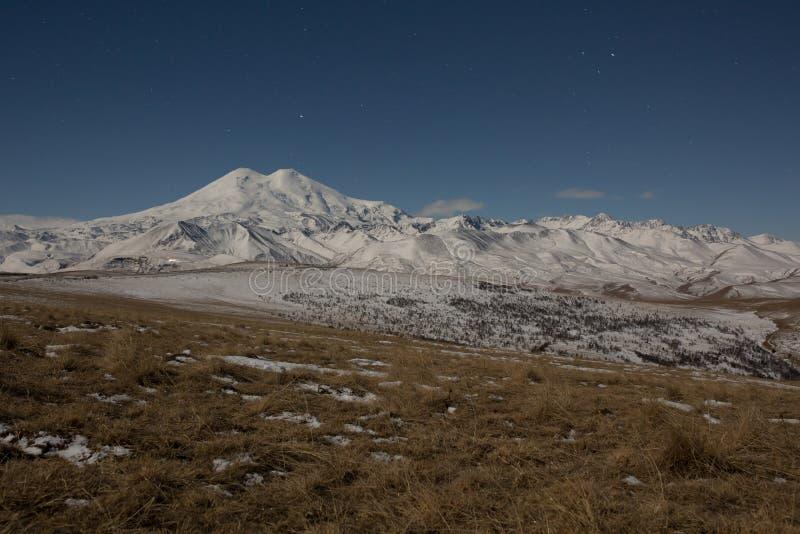 Céu estrelado sobre a montanha Elbrus coberto com a neve foto de stock royalty free