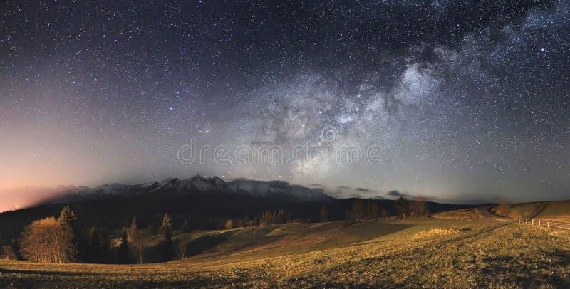Céu estrelado sobre montanhas fotos de stock royalty free