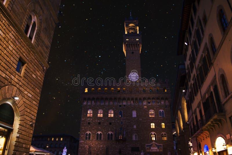 Céu estrelado sobre Palazzo Vecchio no della Signoria da praça em Flor imagens de stock