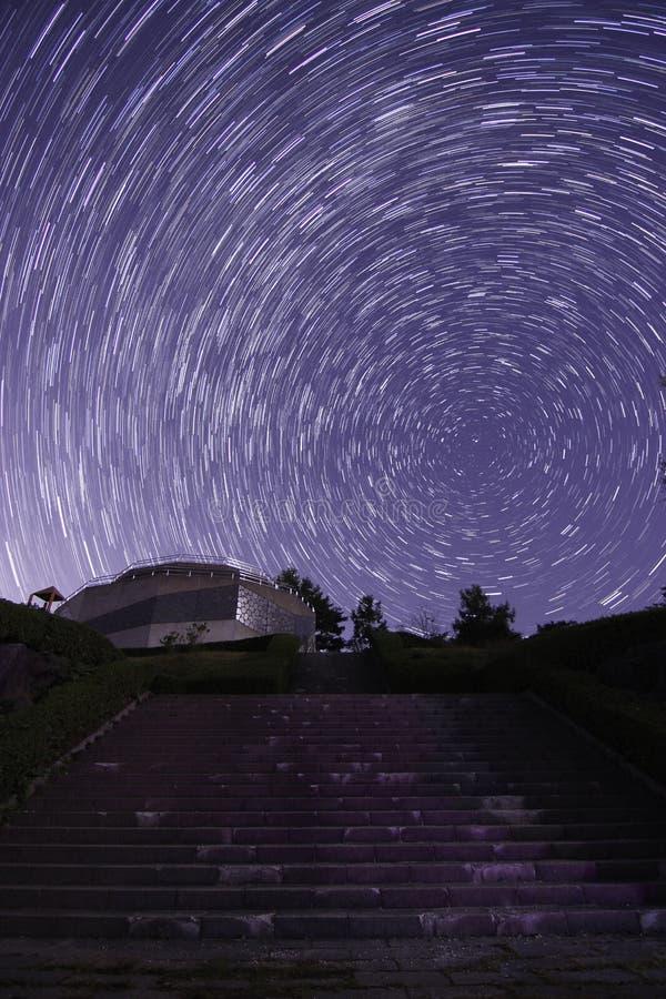 Céu estrelado visível às escadas do precedente imagens de stock royalty free