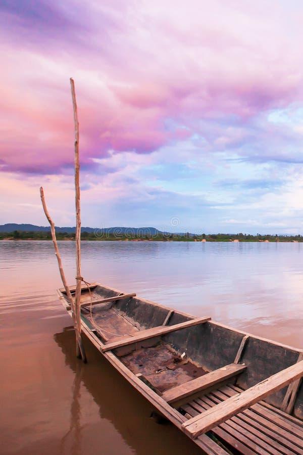 Céu fantástico do por do sol sobre o Mekong River Nuvens coloridas que refletem em uma água, primeiros planos tailandeses trad fotografia de stock royalty free