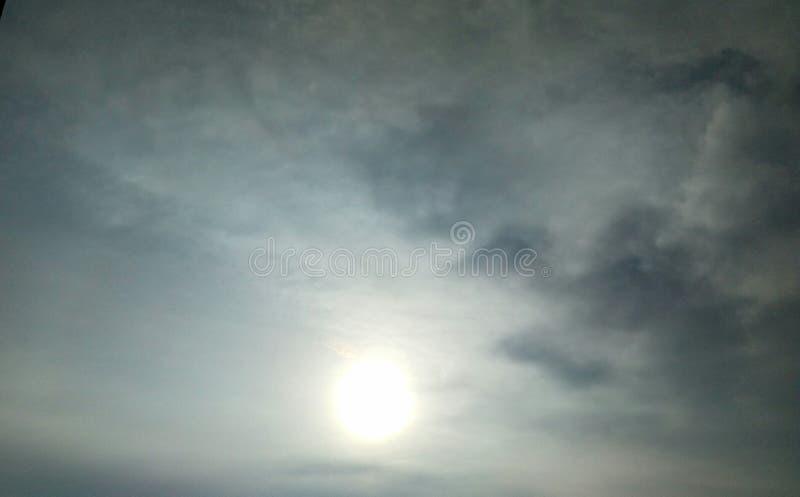 Céu frio do alvorecer com sol foto de stock