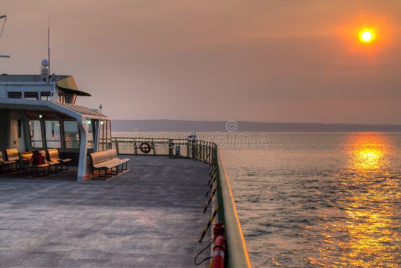 Céu fumarento do por do sol do estado de Washington EUA do ferryboat fotografia de stock