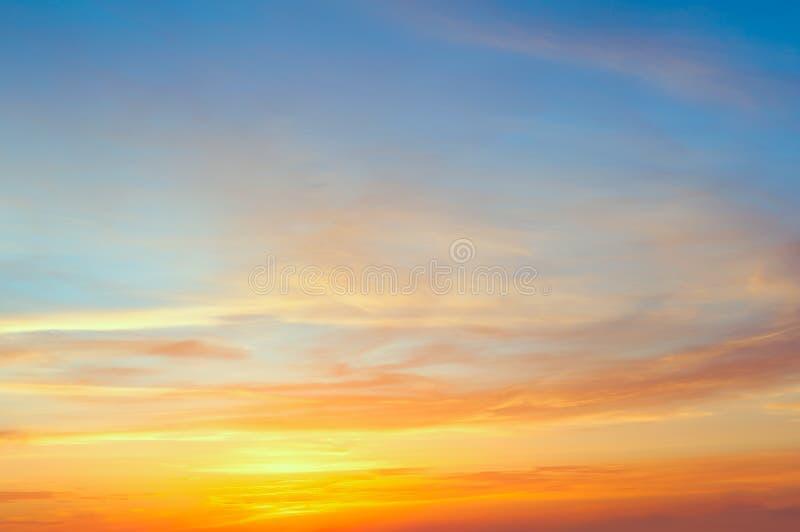 Céu majestoso do pôr do sol do nascer do sol com as nuvens coloridas delicadas foto de stock royalty free