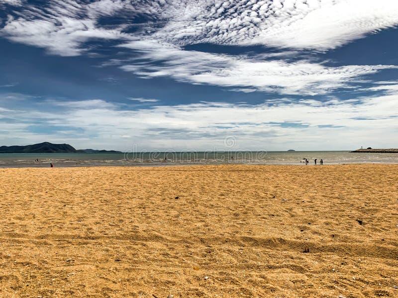 Céu, mar, areia e sol de Beautyful em tempos do vocação fotografia de stock royalty free