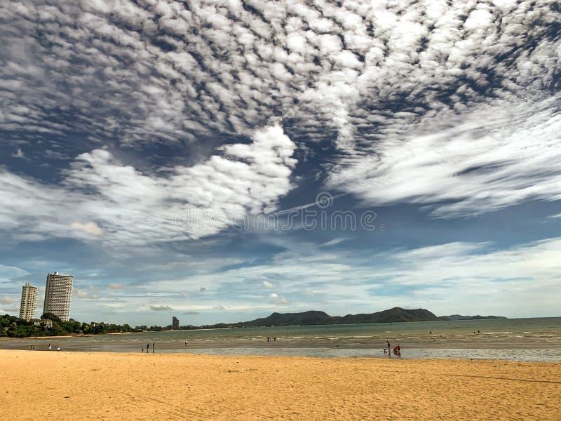 Céu, mar, areia e sol de Beautyful em tempos do vocação imagens de stock