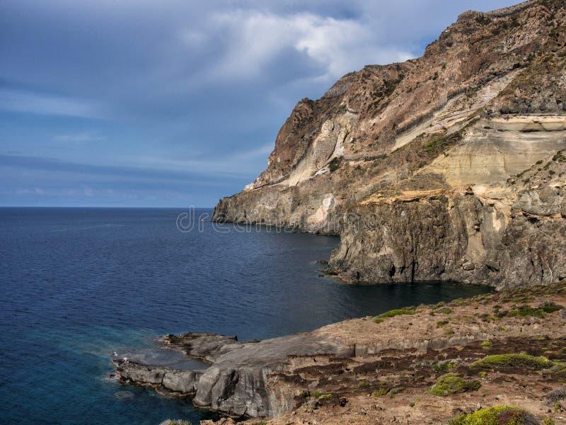Céu, mar e paisagem litoral da ilha de Pantelleria, Itália foto de stock