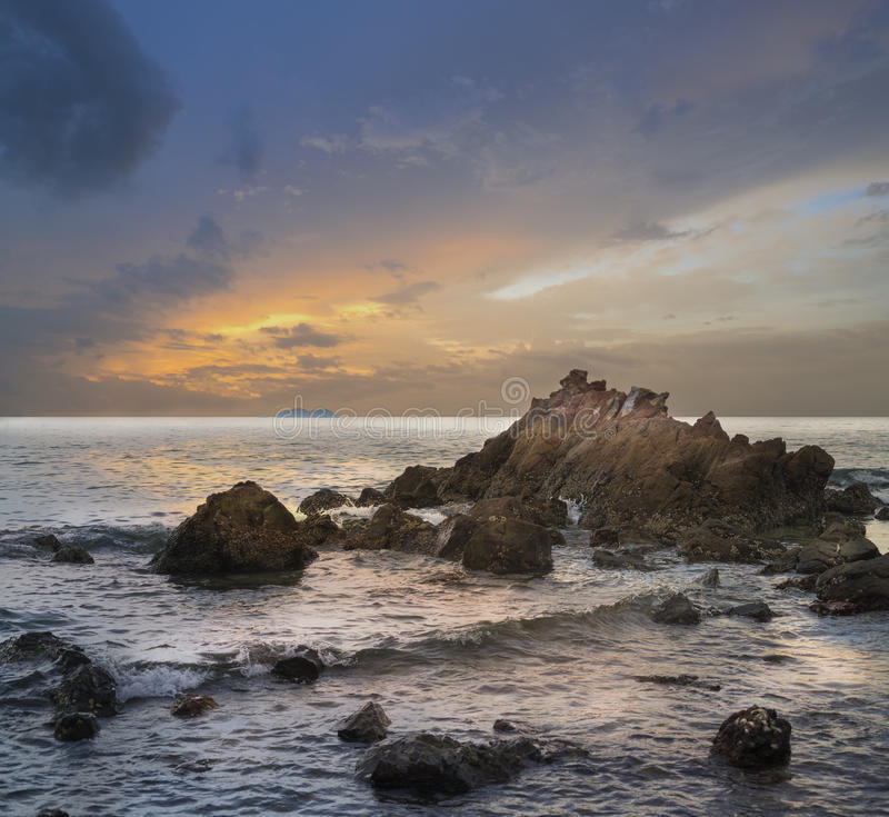 Céu, mar e rochas bonitos no por do sol, cidade Chonburi Tailândia de Pattaya da ilha do lan do koh da praia de Samae foto de stock