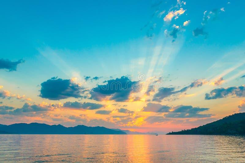Céu muito bonito nos raios do sol de aumentação imagem de stock