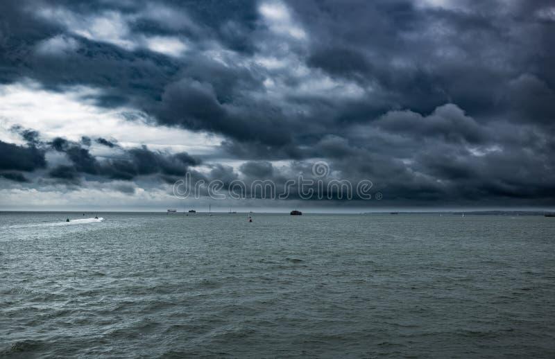 Céu muito dramático, tempestade que vem no mar imagem de stock
