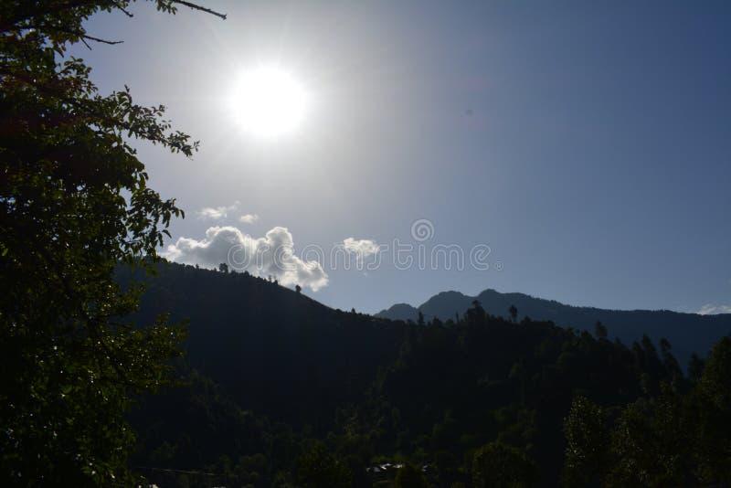 Céu na terra Sunshines em um vale fotografia de stock