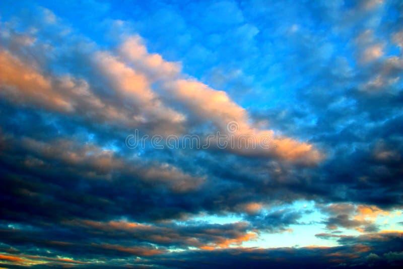 Céu nebuloso antes da tempestade durante o por do sol fotografia de stock royalty free
