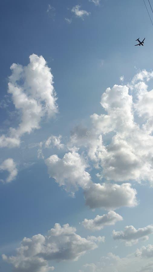 Céu nebuloso azul da luz do sol fotografia de stock