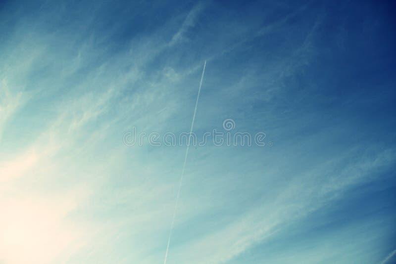 Céu nebuloso com chemitrails imagem de stock royalty free