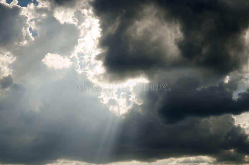Céu nebuloso com chuva imagens de stock