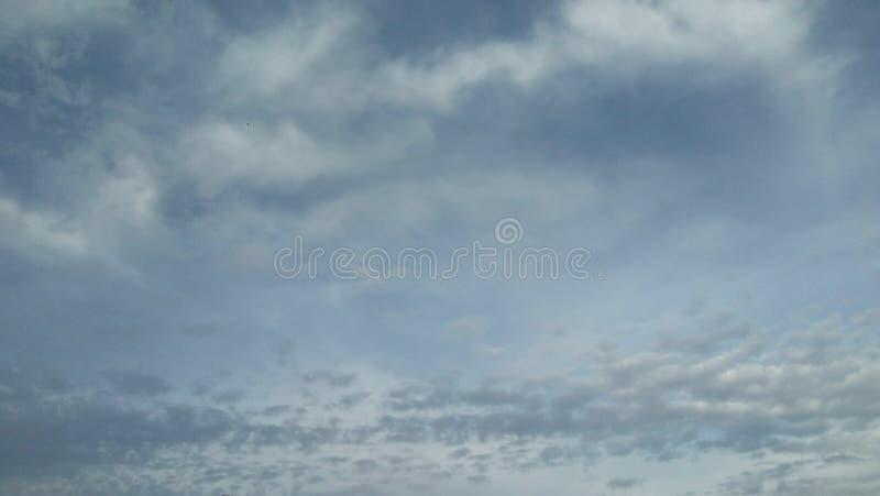 Céu nebuloso da estação fria imagem de stock