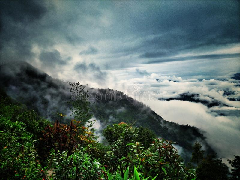 Céu nebuloso da manhã sobre o monte imagem de stock