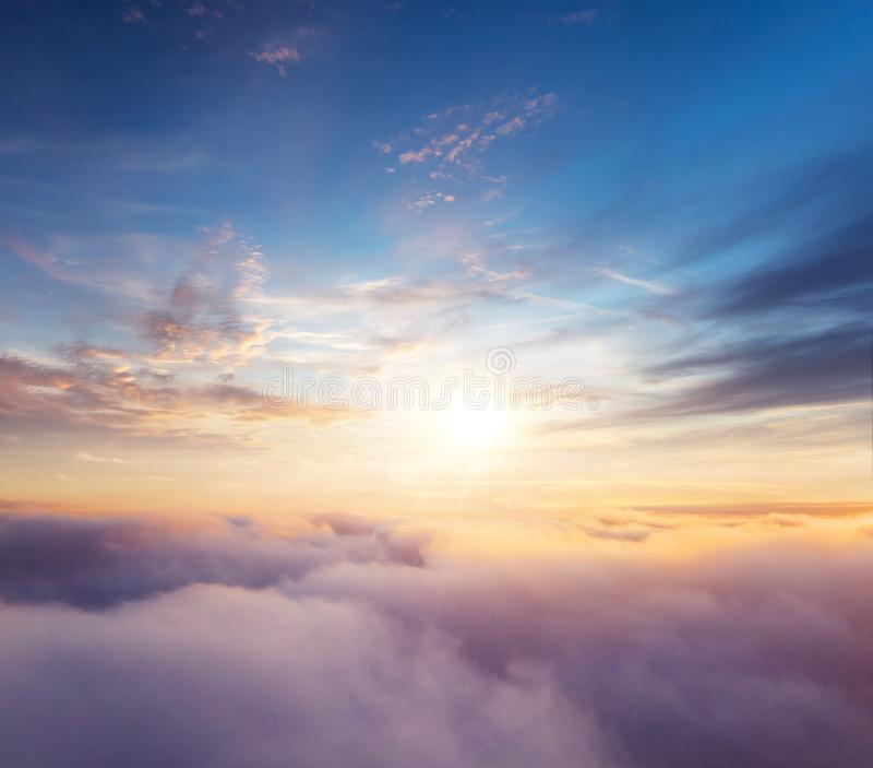 Céu nebuloso do nascer do sol bonito da vista aérea imagem de stock