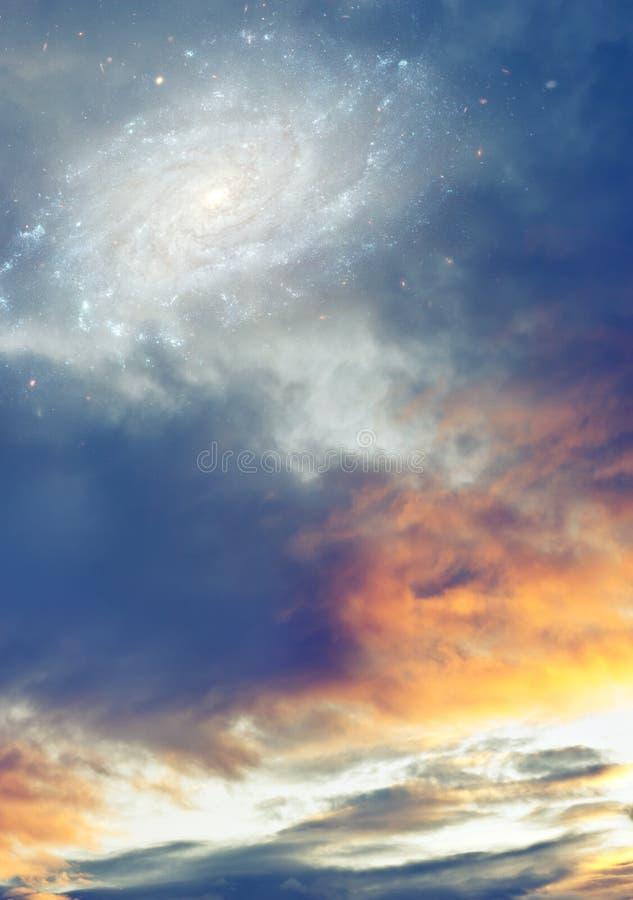 Céu nebuloso do nascer do sol do por do sol com galáxia e estrelas como a fantasia, fundo mágico, religioso, divino fotografia de stock