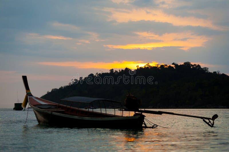 Céu nebuloso do por do sol do litoral de Ko Lipe do barco de Longtail foto de stock
