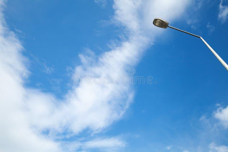 Céu nebuloso e lâmpada de rua azuis fotografia de stock