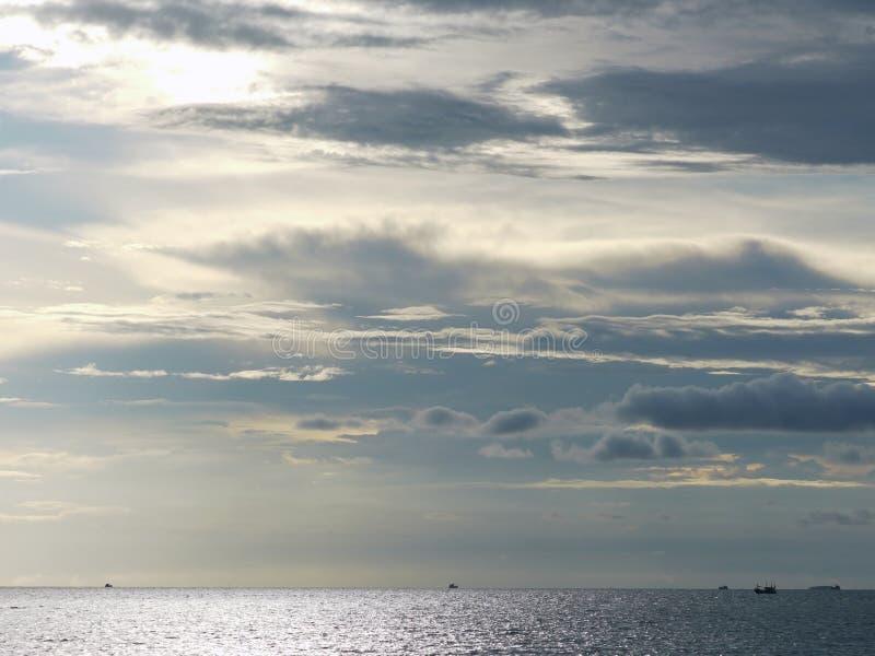 Céu nebuloso e oceano imagens de stock royalty free