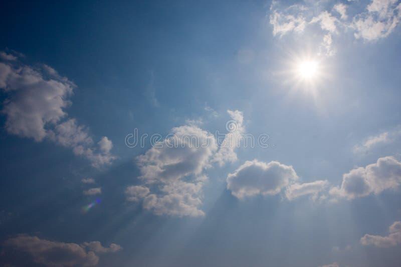 Céu nebuloso e sol imagem de stock