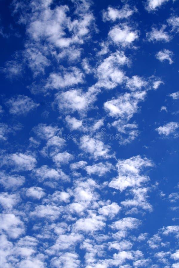 Céu nebuloso em brancos e no azul 01 fotografia de stock