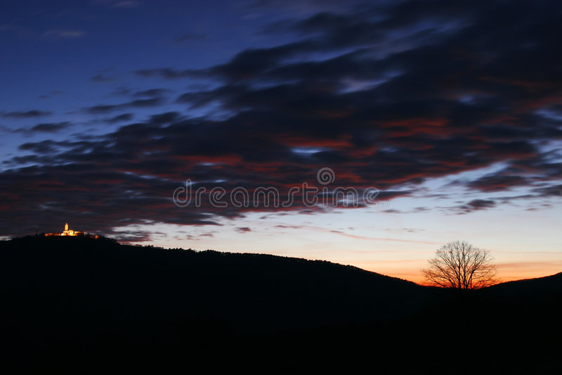 Download Céu nebuloso escuro foto de stock. Imagem de nuvens, monte - 525426