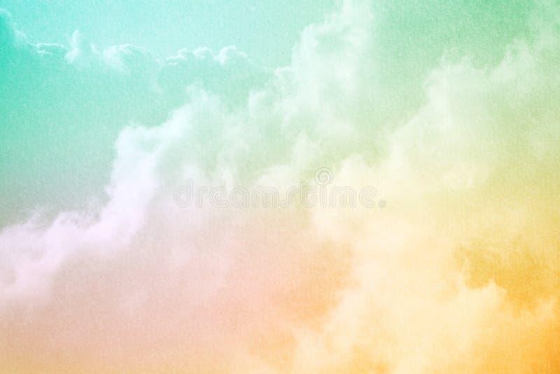 Céu nebuloso fantástico com cor pastel do inclinação e textura do papel do grunge imagem de stock royalty free