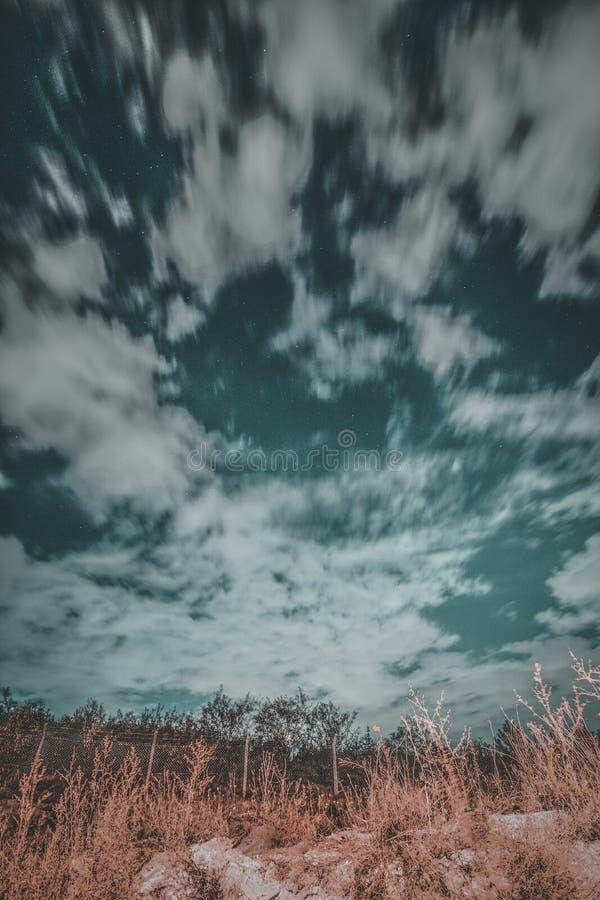 Céu nebuloso na noite imagens de stock