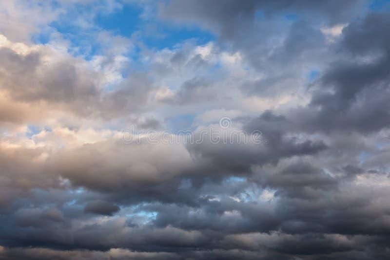Céu nebuloso no por do sol foto de stock