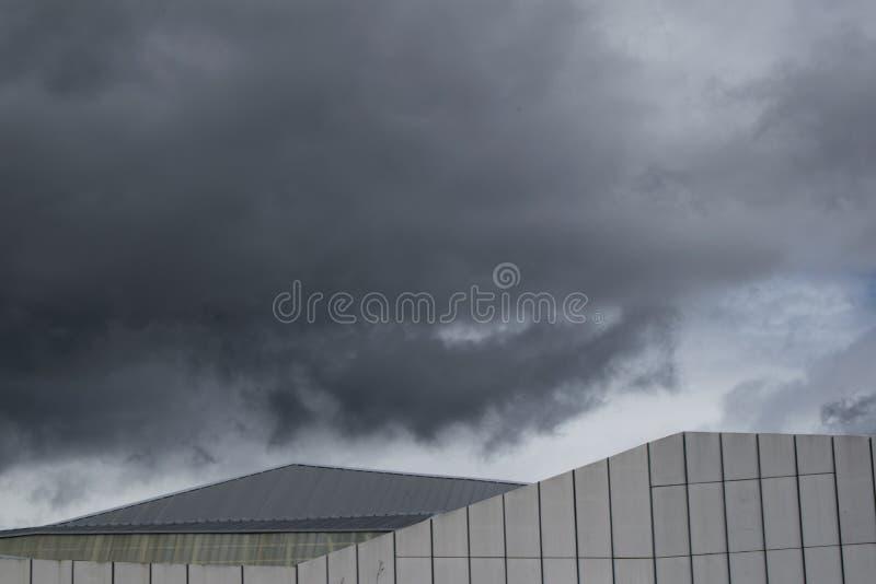 Céu nebuloso no telhado do dia tormentoso imagens de stock