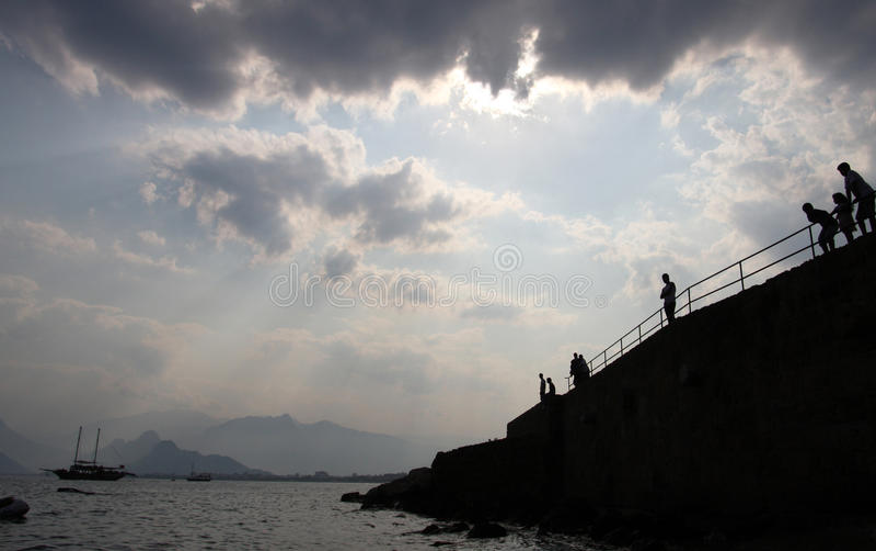 Céu nebuloso sobre Antalya; fotografia de stock